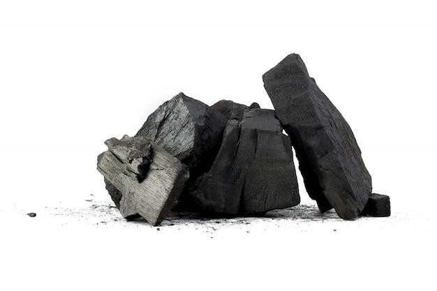 Natuurlijke houtskool die op wit wordt geïsoleerd