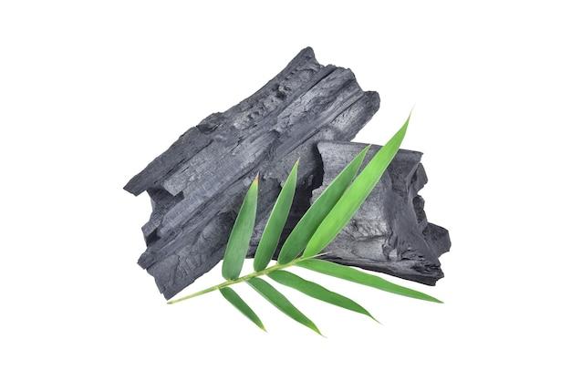 Natuurlijke houtskool, traditionele houtskool of harde houtskool geïsoleerd op een witte achtergrond