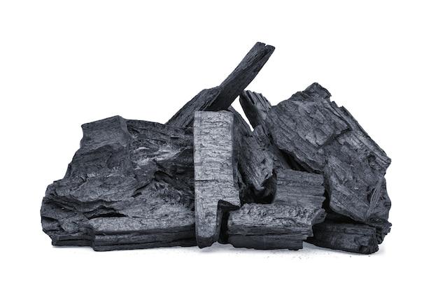 Natuurlijke houtskool, traditionele houtskool of hardhoutskool die op wit wordt geïsoleerd