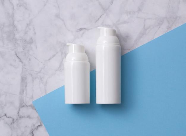 Natuurlijke huidverzorging cosmetisch product op grijs marmeren tafel.