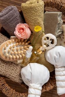 Natuurlijke huidverzorging cosmetische producten op bruine achtergrond. zeep, oliën, zeezout. biologische cosmetica, spa-concept.