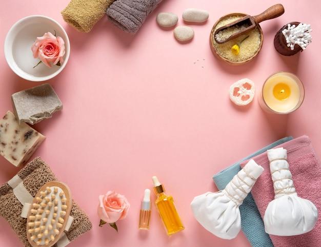 Natuurlijke huidverzorging cosmetische producten op roze pastel achtergrond.