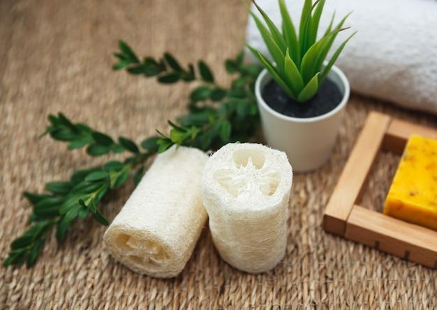 Natuurlijke huidverzorging en spa-schoonheidscosmetica met eco-essentials. diverse spa-gerelateerde objecten op stro achtergrond, bovenaanzicht.