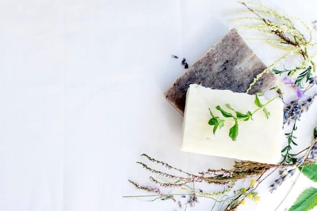 Natuurlijke huidverzorging zeep op een witte achtergrond, bovenaanzicht, kopie ruimte