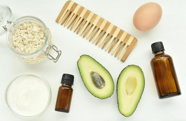 Natuurlijke ingrediënten voor haarbehandeling, avocado, haver, ei, yoghurt, etherische oliën, zelfgemaakt haarmasker.