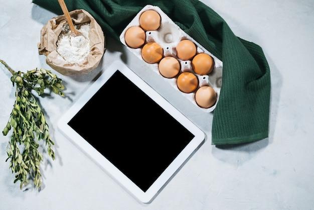 Natuurlijke ingrediënten voor het bakken met tablet
