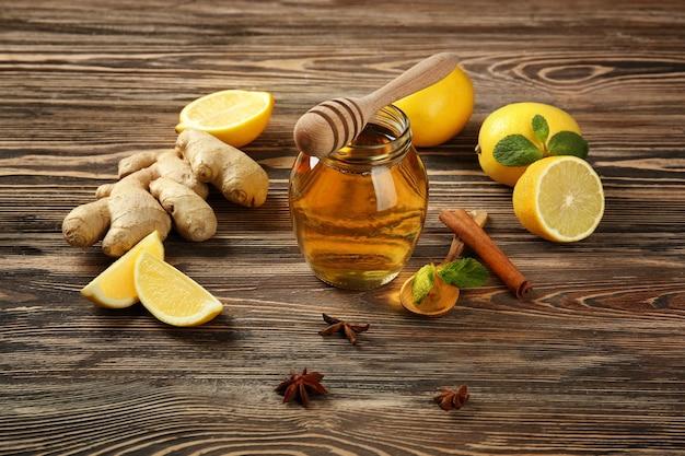 Natuurlijke ingrediënten voor hoestmiddel op houten tafel