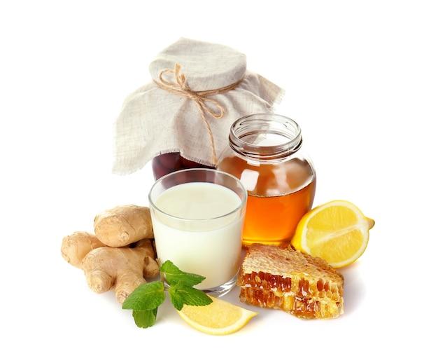 Natuurlijke ingrediënten voor hoestmiddel op witte achtergrond