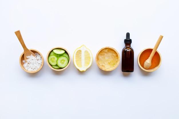 Natuurlijke ingrediënten voor zelfgemaakte huidverzorging op wit.