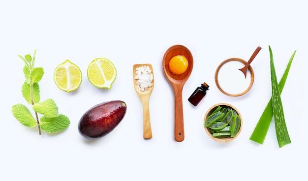 Natuurlijke ingrediënten voor zelfgemaakte huidverzorging op wit