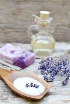 Natuurlijke ingrediënten voor zelfgemaakte lichaam lavendel zout scrub zeep olie schoonheid concept