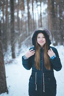 Natuurlijke jonge vrouw in de winterbos