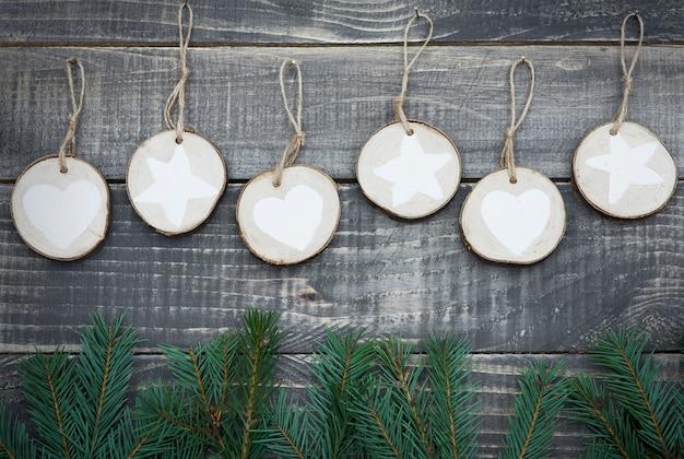 Natuurlijke kerstdecoratie opknoping op houten muur