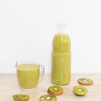 Natuurlijke kiwi smoothie met hoge hoek