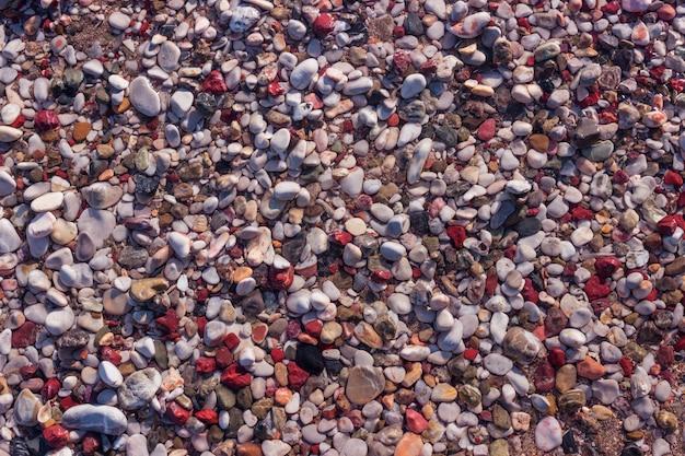 Natuurlijke kleurrijke kiezelsteen in het water.