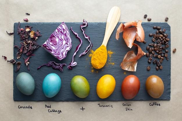 Natuurlijke kleurstof voor paaseieren - carcade, rode kool, kurkuma, uienschil en koffie. eigengemaakte gekleurde paaseieren met ingrediënten