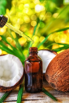 Natuurlijke kokosolie in een flesje. selectieve aandacht natuur.
