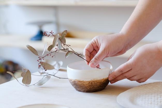 Natuurlijke kruiden eco rustieke inrichting. handgemaakt ambachtelijk serviesgoed. art craft inspiratie.
