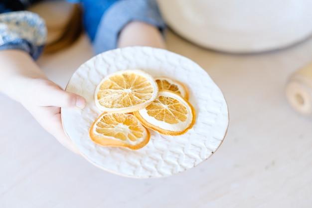 Natuurlijke kruiden eco rustieke inrichting. handgemaakt ambachtelijk serviesgoed met een eenvoudig en elegant ontwerp. kunst inspiratie concept