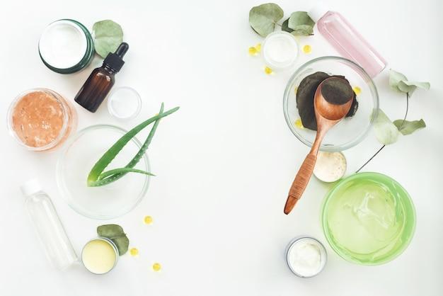 Natuurlijke kruiden huidverzorgingsproducten, ingrediënten van bovenaf op tafel concept van de beste volledig natuurlijke gezichtscrème. gezichtsbehandeling voorbereiding achtergrond