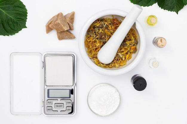 Natuurlijke kruiden met schubben en geparfumeerde oliën in flessen