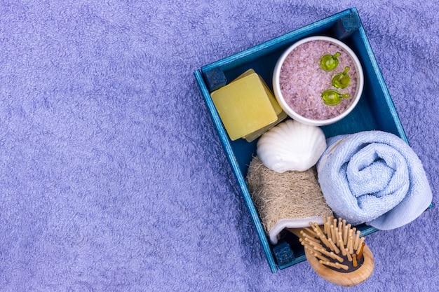Natuurlijke kruiden spa cosmetica met lavendel extract - zeep, zout, handdoek, massageborstel, washandje