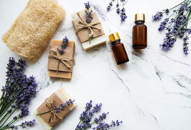 Natuurlijke kruidencosmetica met lavendelbloemen