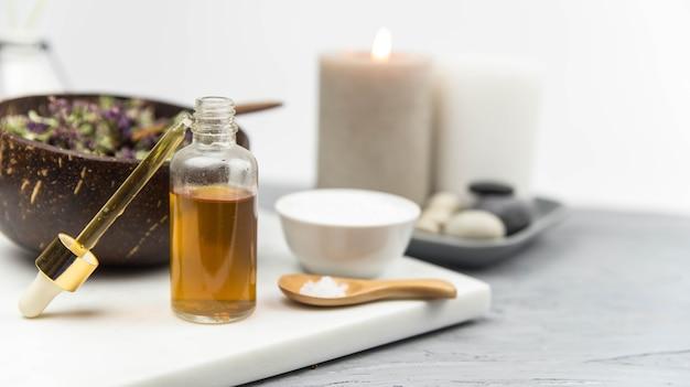 Natuurlijke kruidengeneeskunde huidverzorgingsproducten, ingrediënten van bovenaanzicht. zeezout en kruiden.