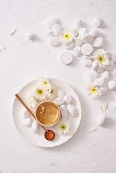 Natuurlijke kruidenverzachtende gel groene thee voor de huid op witte achtergrond