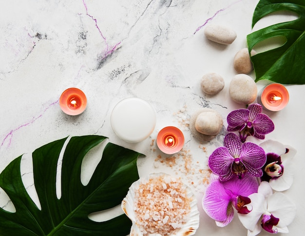 Natuurlijke kuuroordingrediënten met orchideebloemen