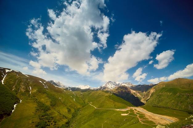 Natuurlijke landschappen in de bergen van georgië