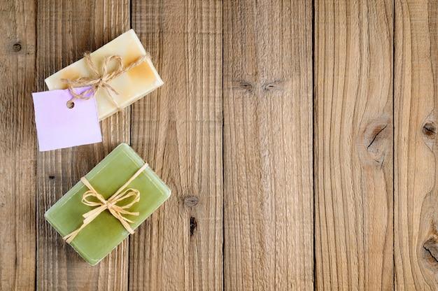 Natuurlijke lavendel en olijfzeep op hout