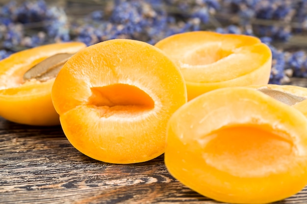 Natuurlijke lavendelbloemen en schijfjes oranje abrikozen