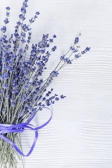 Natuurlijke lavendelbloemen op wit oud hout met exemplaarruimte