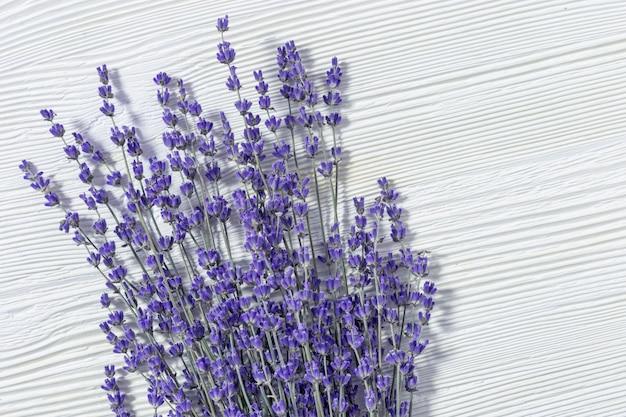 Natuurlijke lavendelbloemen op wit oud hout