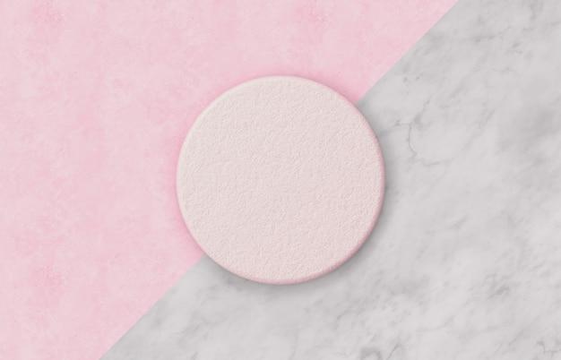 Natuurlijke lege roze cilinderdoos op duotone-achtergrond met marmeren steentextuur voor productvertoning. minimaal lente zomer concept. plat leggen. bovenaanzicht