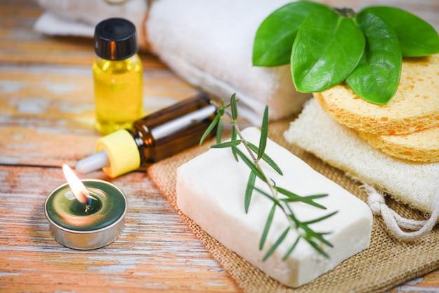 Natuurlijke lichaamsverzorging kruidendermatologie cosmetisch hygiënisch voor schoonheid huidverzorging persoonlijke hygiëne scrub objecten - natuurlijke badproducten rozemarijn zeep kruiden etherische olie spa aromatherapie licht