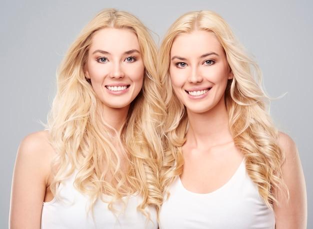 Natuurlijke meisjes en hun blonde haar