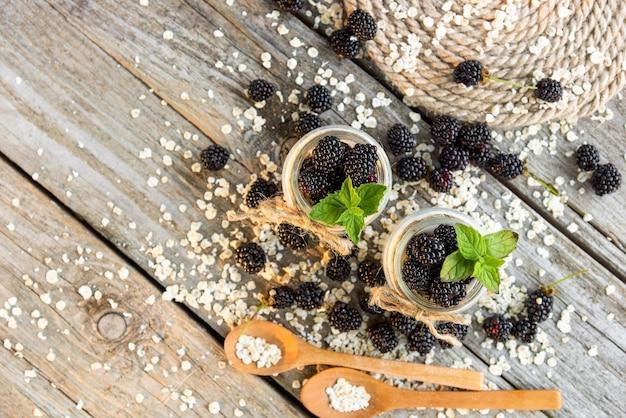 Natuurlijke melkyoghurt met bramen als ontbijt.