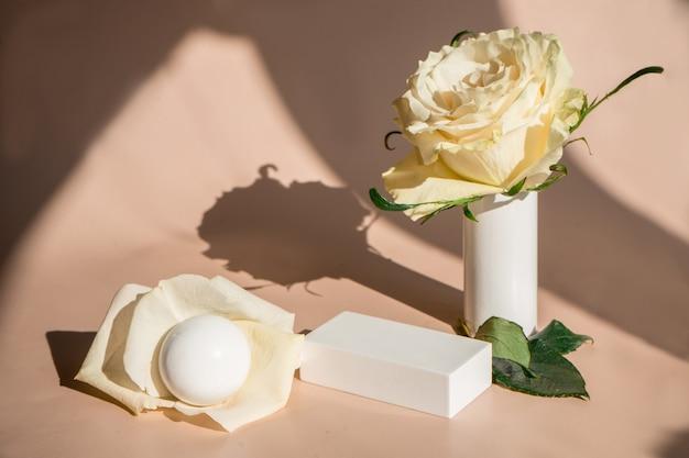 Natuurlijke minimale schoonheid voetstuk. lege cosmetica-podia op beige achtergrond met schaduw. hoge kwaliteit foto