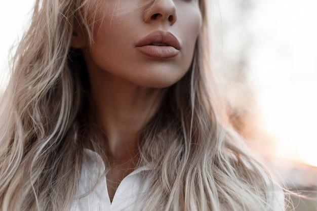 Natuurlijke mooie vrouwelijke lippen buiten. detailopname. vrouw in de herfstdag