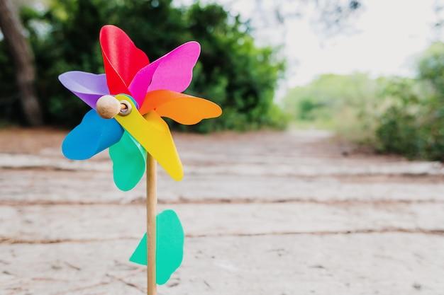 Natuurlijke muur met het kleurrijke beeld van een speelgoedvuurrad dat een voorspoedige toekomst vertegenwoordigt.