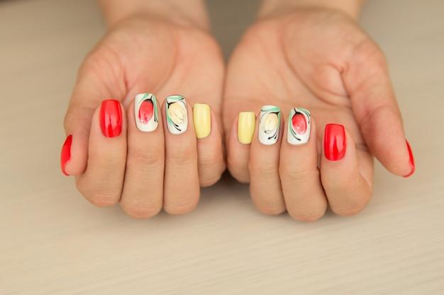Natuurlijke nagels met kleurrijke zomer manicure