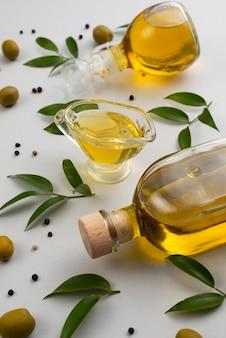 Natuurlijke olijfolie op fles en kop op tafel
