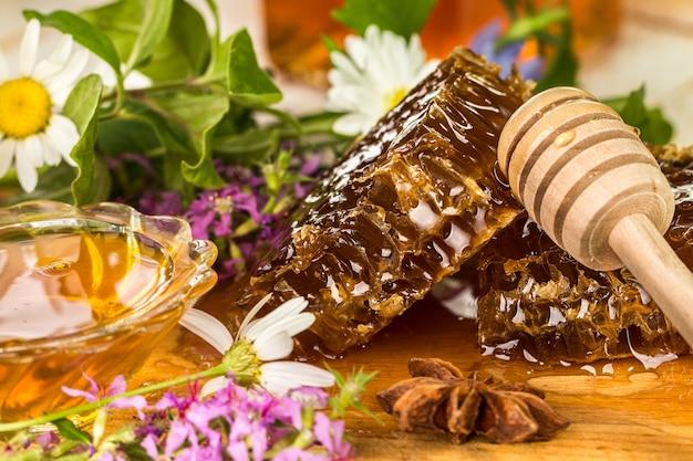 Natuurlijke organische honing op een houten tafel.