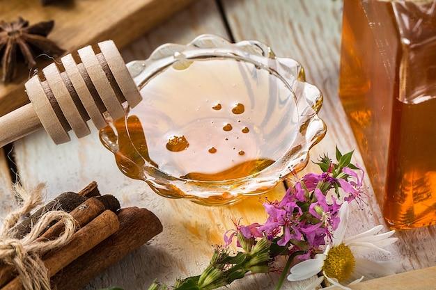 Natuurlijke organische honing op rustieke tafel