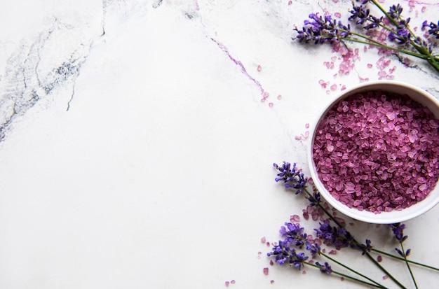 Natuurlijke organische spa-cosmetica met lavendel. plat lag badzout en lavendel bloemen op marmeren achtergrond. huidverzorging, schoonheidsbehandeling concept