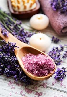 Natuurlijke organische spa-cosmetica met lavendel. plat lag badzout, spa-producten en lavendelbloemen op houten oppervlak. huidverzorging, schoonheidsbehandeling concept