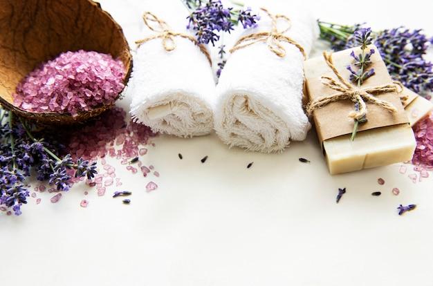 Natuurlijke organische spa-cosmetica met lavendelbloemen