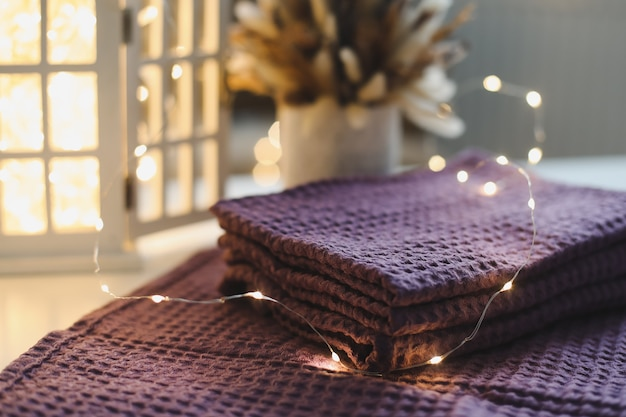 Natuurlijke pure linnen handdoeken servetten of tafelkleed tegen bokeh lichten oppervlak